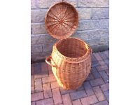Snake charmers wicker basket with lid/laundry basket