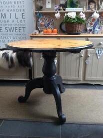 Pine pedestal round table