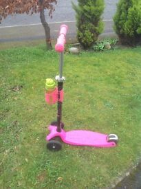 Pink Maxi micro scooter with T-bar.