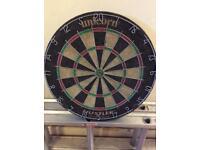 Unicorn 'Hustler' dartboard & tungsten darts