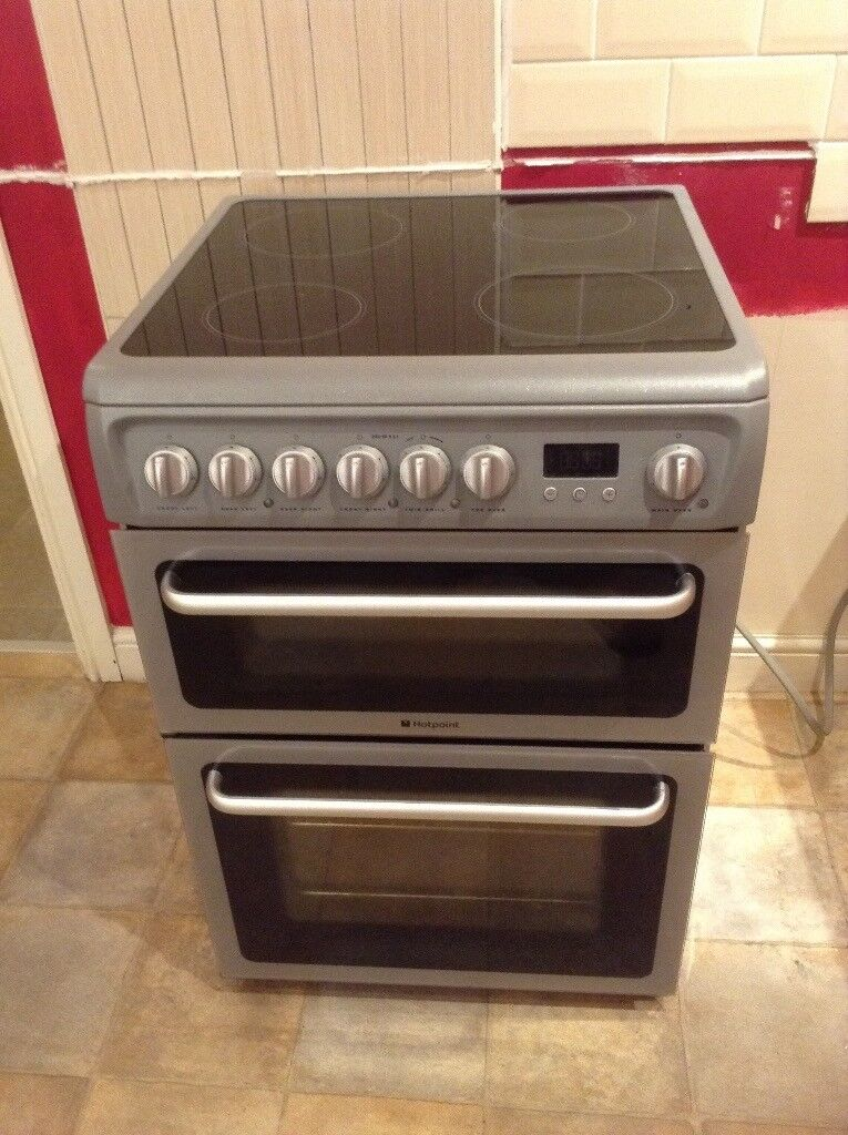 Hotpoint Oven, like new has only been used to bake cakes