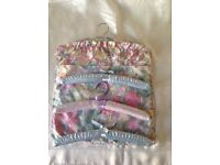 NEW FLORAL COTTON COAT HANGER STORAGE ACCESSORIES TOILETRIES BAG + 3 PADDED PASTEL SATIN HANGERS