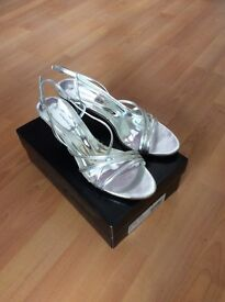 LADIES SILVER SANDALS ONLY WORN ONCE SIZE 7 £4.00