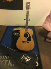 Yamaha guitar 6 strings comes with bag,stand, and a spare set of nylon strings, pick up only