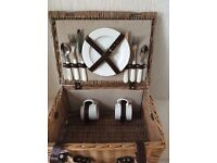 BEAUTIFUL WICKER PICNIC HAMPER FOR 2, INCLUDING BLANKET WITH WATERPROOF BACKING