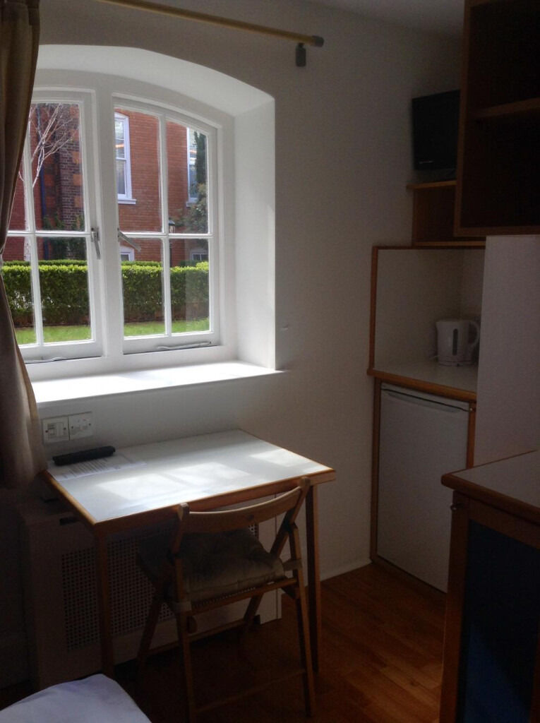 Hammersmith – Cosy single studio with kitchenette *