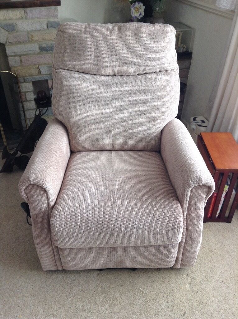 Dual motor riser recliner chair, only 9 months old, very comfortable250in Hythe, KentGumtree - Dual motor riser recliner chair in oatmeal fabric. The dual motor means it is able to go into a variety of positions as well as assisting you to stand. Control is on a lead rather than on the chair so is easy to reach (and not lost!). Runs on...
