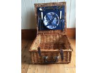 Optima picnic basket, 2 plates, 2 forks, 2 knives, 2 spoons. Good condition