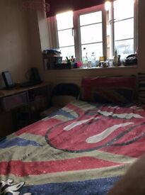Single room with double bed, in front Quen Mary uni. Between Stepney Green and Mile End stations