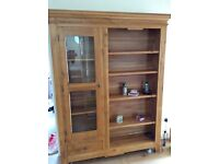 Lovely solid oak bookcase/shelving unit which is partly glazed.