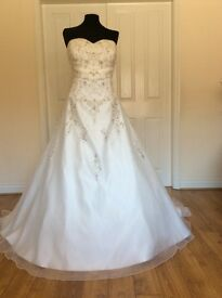 Brand new beautifull wedding dress Nancy by Marc Le Carr size 24 in Ivory