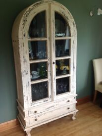 Display cabinet in solid wood distressed painted cream