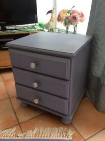 Wood bedside cabinet with three drawers