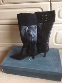 LADIES BLACK KNEE HIGH LEATHER BOOTS SIZE 6.5 ( CLARKS ) WORN ONCE £20.00 ono