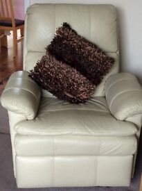 2 cream leather reclining armchairs