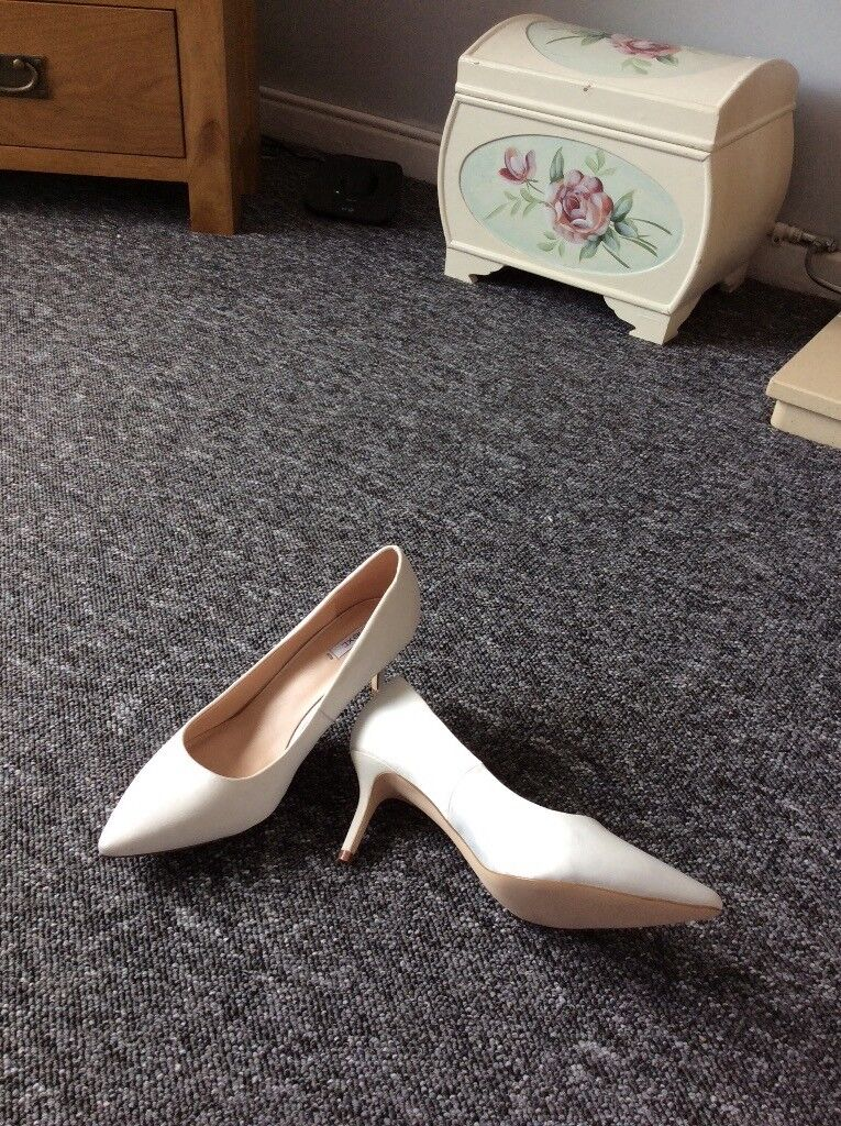 Ladies shoesin Lowestoft, Suffolk - White heeled shoes worn once, in ex condition size 4 from smoke free home