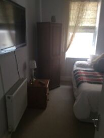 Double room to let, own bathroom, southward area,working person only, £430 include bills, deposit,