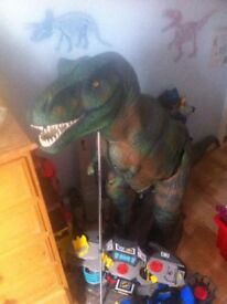 Natural History Museum build your own 1.2 metre T. Rex with magazines.