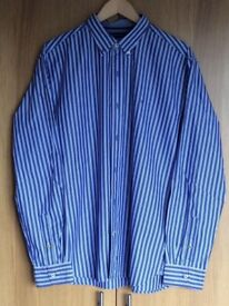 TOMMY HILFIGER MENS BUTTON COLLAR BLUE & WHITE STRIPED SHIRT. SIZE LARGE.