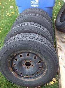 4 pneus 235/70 r16 d'hiver Yokohama geolandar h/t sur rimes 170$
