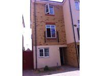 Townhouse offers ensuite master bedroom 2 mins barking tube Blackthorn road IG!