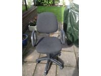 Adjustable office chair with arm,tilt and height adjustment dark cloth covering.
