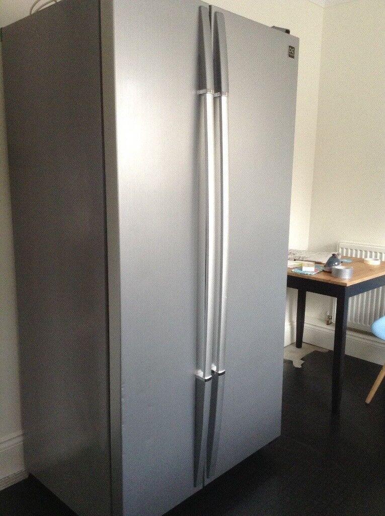 Silver American fridge freezer in good working condition. Daewoo FRS