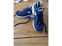 Nike air huaraches navy blue & gold size 6