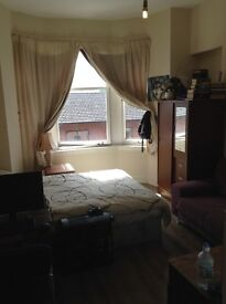 Large double room to rent west end location 275pcm