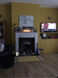 DOUBLE BEDROOM IN BIG FLAT IN LEIGH: PARKING, WIFI, WALK-IN SHOWER, GAS CTRL HEATNG & CRTYRD GARDEN