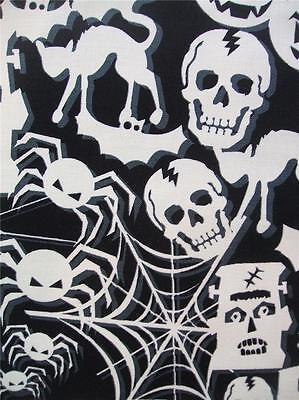 Schwarz und Weiß Halloween Leuchtet Im Dunkeln Timeless Treasures Stoff (Schwarz Und Weiß Halloween)