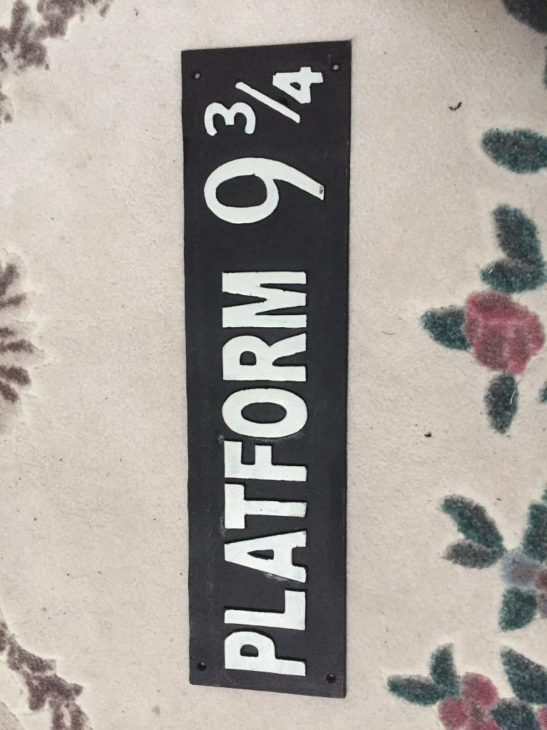 HARRY POTTER PLATFORM 9 3/4 sign.