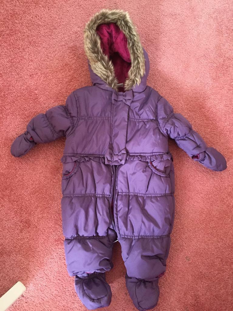 Beautiful 0 3 months snowsuit never been wornin Fairford, GloucestershireGumtree - Beautiful mini club snowsuit for sale! 0 3 months, detachable mitts and feet! Brand new condition, never been worn! Payment on collection only