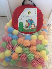 Pop up ball pit tent and balls