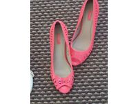 BNWT NEXT LOVELY CORAL PATENT OPEN TOE HEELED SHOE CUT OUT TRIM SZ 4.5 RP £32