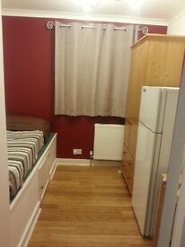 Very Spacious Single Room in Chigwell