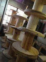 Bobines de fils industriels en bois - parfait table de salon!