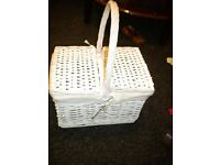 WHITE PICNIC BASKET 16X12X8 INCHES