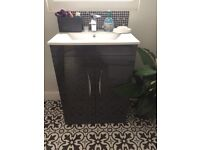 Vanity unit in grey gloss and sink