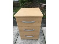 Lovely Bedside Chest of drawers in excellent condition (Delivery possible)