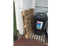 1 wooden pallet free to collect