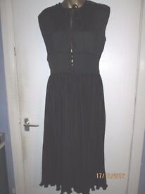 VINTAGE BEAUTIFUL PLEATED EFFECT BLACK DRESS THAT COMES TO THE KNEE SIZE 10/12