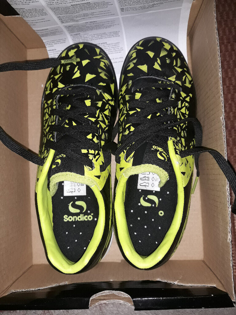 a4395686e FOOTBALL BOOTS ASTRO TURF TRAINERS SIZE 33 (1)