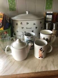 Teapot and five mugs