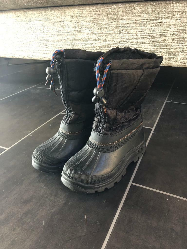 3c9b5e7accf9 Boys snow boots size 12. Worn once