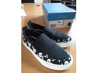 BOYS CLARKS CANVAS SHOES SIZE 12 1/2 F BLACK WITH SKULLS