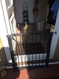 Child safety gate in excellent condition