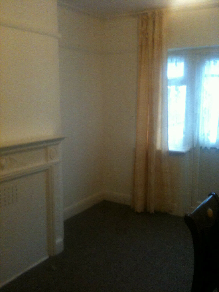 DOUBLE ROOM IN CLEAN PRIVATE HOUSE CLOSE TO TESCO, IKEA AND STATION JUBILEE LINE ZONE 3 REDUCED