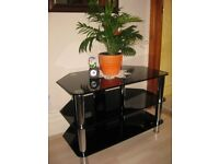 Beautiful TV black gloss, glass table.Size:W-45cm, L-80.5cm, H-53.5cm. Fishponds. BS16.