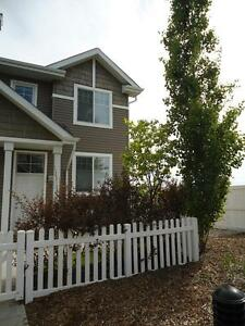 ** IDEAL 3-BEDROOM TOWNHOUSE WITH GARAGE IN TERWILLEGAR TOWNE **